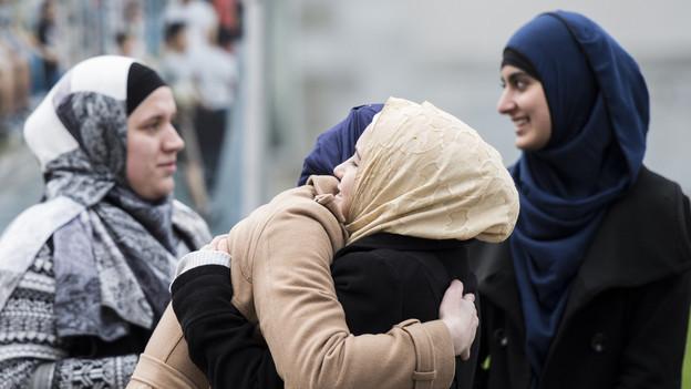 Frauen vor dem Verwaltungsgericht während des Kopftuch-Prozesses.