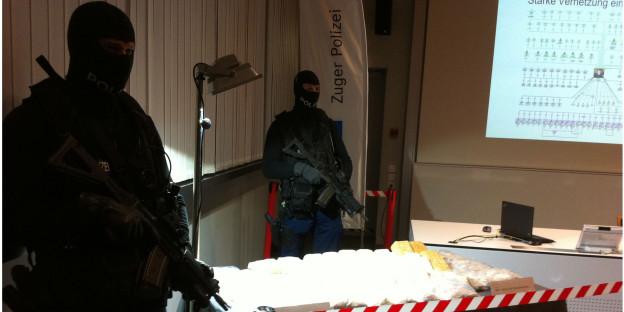 Zwei Polizisten in Vollmontur bewachen den Rekordfang.