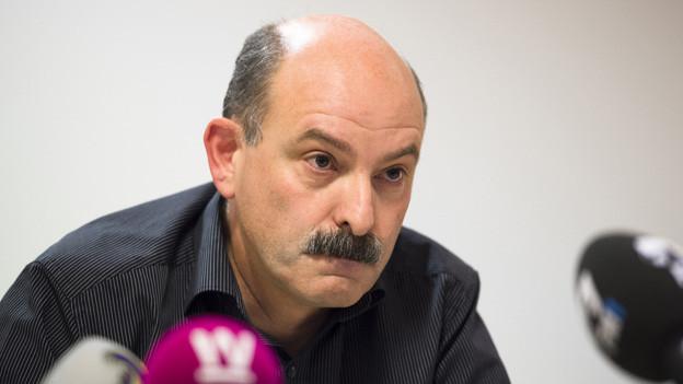 Ettore Weilenmann, der Verwaltungsratspräsident von Carna Grischa, stellt sich den Medien.