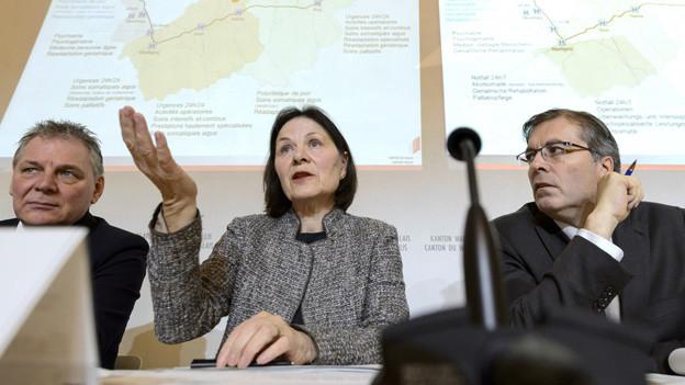 Gleich drei Regierungsmitglieder erläutern Konzentration bei nden Walliser Spitälern; von links Jacques Melly, Esther Waeber-Kalbermatten und Jean-Michel Cina.