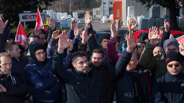 Die Angestellten der Tessiner Fabrik Exten beim Streik gegen die geplante Lohnkürzung.