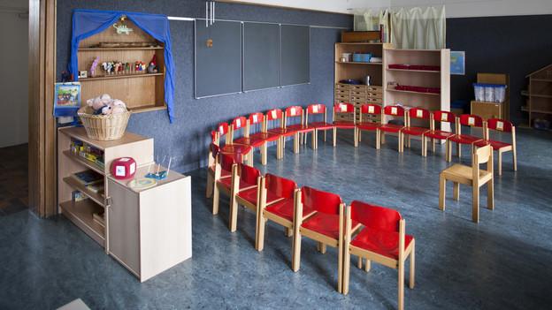 Lehre Stühle im Kindergarten im Halbrund aufgestellt.