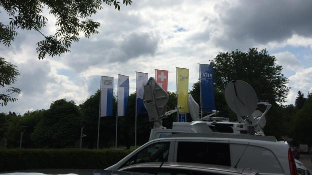 Flatternde Fahnen und TV-Wagen vor dem FIFA-Haupsitz in Zürich.