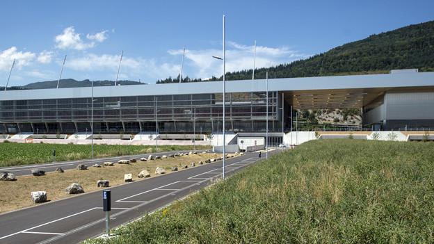 Unter einem Dach: Fussball- (links) und Eishockeyarena in Biel.
