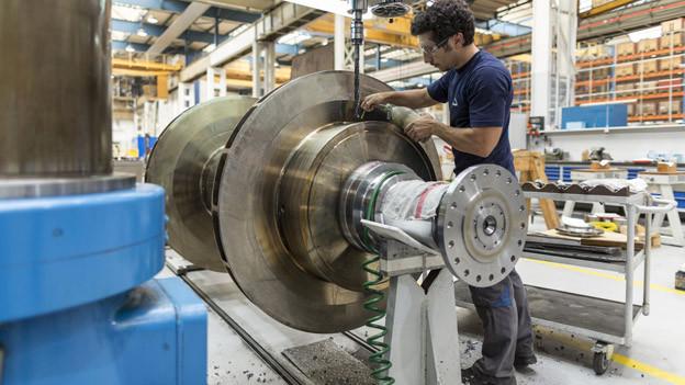 Arbeit an einer Turbinenwelle in einem Werk in Zürich.