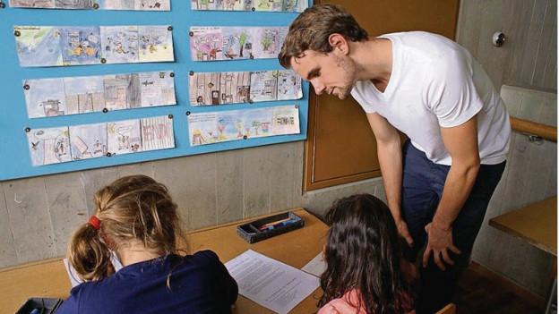 Dimitry Bölsterli, Zivildienstleistender im Schuleinsatz, hier bei der Hausaufgabenstunde.