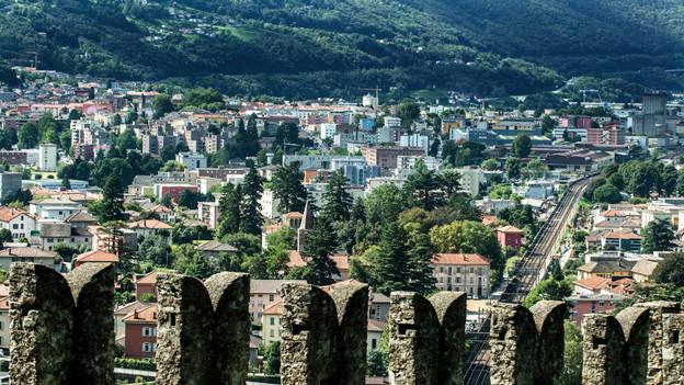 Der Blick vom Castello di Montebello: 13 Gemeinden wollen sich zusammenschliessen.
