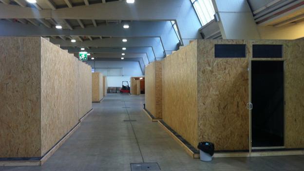 Blick in die Messe-Halle neun in Zürich-Oerlikon, in die am Montag erste Asylbewerber eingezogen sind.