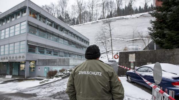 Zivilschützer sperren Zugang zum Hang ab
