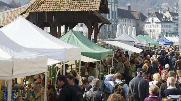 Begehrte Standplätze am Luzerner Wochenmarkt.