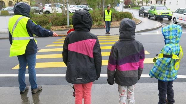 Asylbewerber als Helfer auf der Strasse.