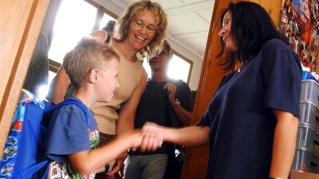 Gehört vielerorts zur Schulhaus-Kultur: Das Hand-Geben von Schülern und Lehrkraft.