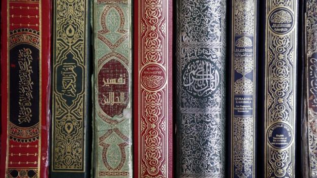 islamische Bücher in einem Regal