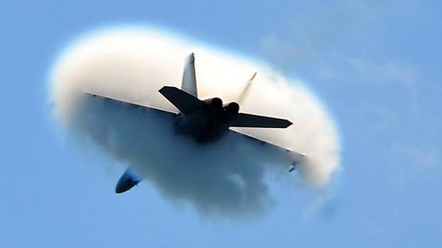 Ein F/A-18-Kampfflugzeug beim Durchbrechen der Schallmauer.