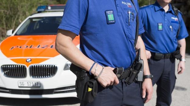 Polizist mit Wappen auf der Brust und Pistole im Halfter