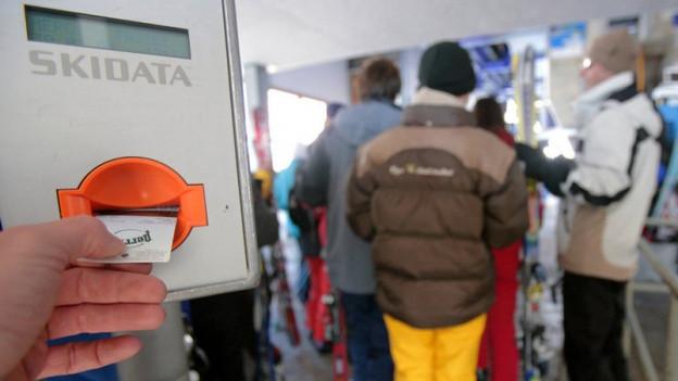 Ein Ticketautomat in einem Skigebiet.