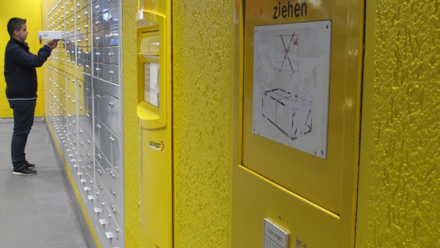 Briefkasten vor Poststelle