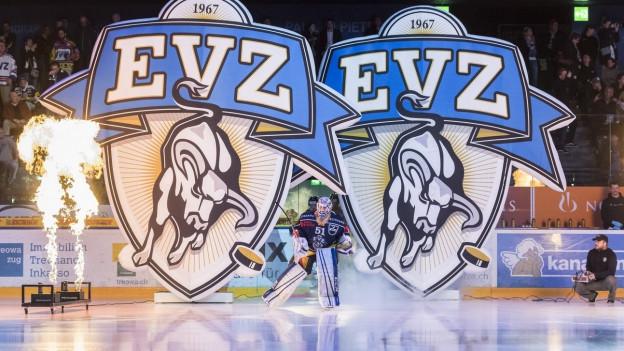 Eishockey-Goalie läuft in Stadion ein