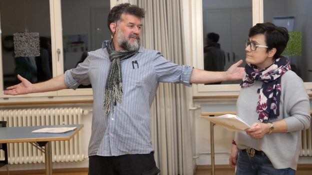 Schauspieler üben für die Rundgänge zur Armut.