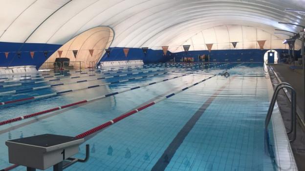 Schwimmhallen über erinem 50-Meter-Becken gibt es zum Beispiel in Schaffhausen.