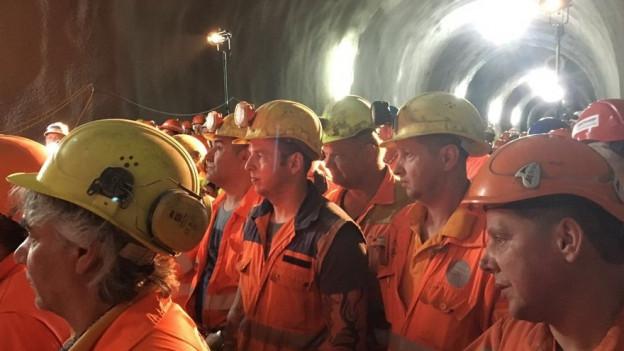 Die Tunnelbauer verfolgen den Durchstich des Ruckhaldetunnels.