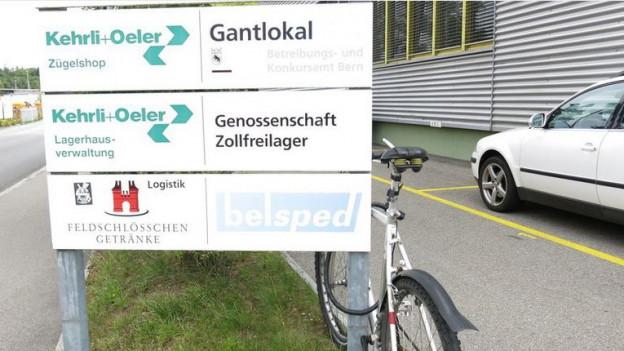 Unauffällig beschriftet: Das Zollfreilager steht vis-à-vis des Güterbahnhofs in Bern.