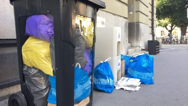 Die neuen Abfallcontainer und -säcke in Bern.