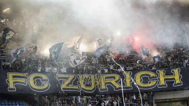 FCZ-Fans an einem Fussballspiel.