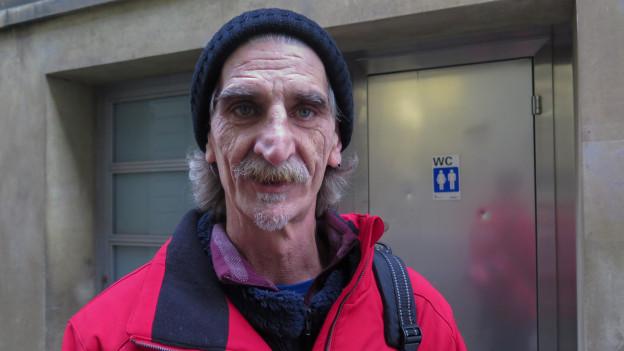 Der ehemalige Obdachlose Roger Meier vor der kleinsten «Wohnung» von Bern.