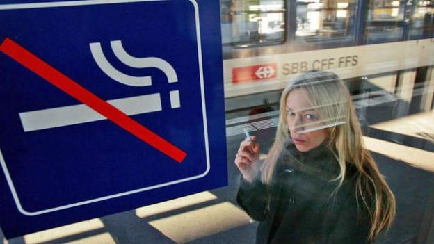 In sechs Schweizer Bahnhöfen gilt ab sofort ein Rauchverbot.