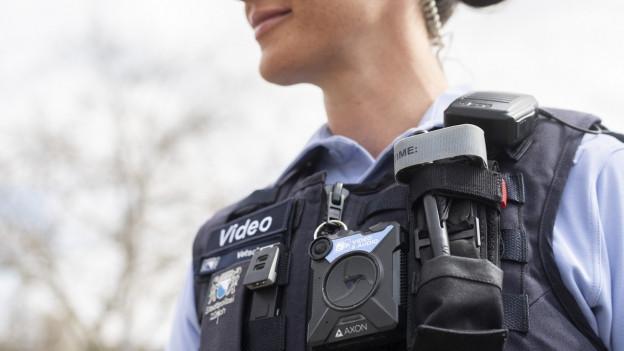 Eine Zürcher Stadtpolizistin mit Bodycam.