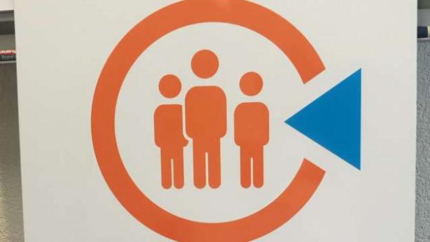 Diese Tafeln signalisieren einen Notfalltreffpunkt.