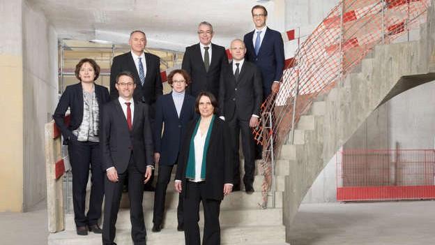 Da war noch alles in Ordnung: Die Basler Regierung im Neubau des Biozentrums.