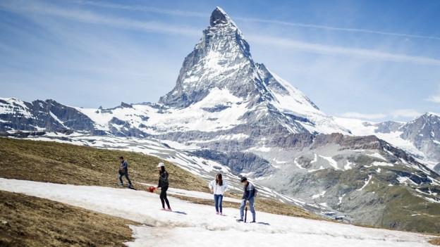 Touristen vor dem Matterhorn.