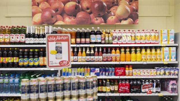 Ein Getränkeregal in einem Laden.