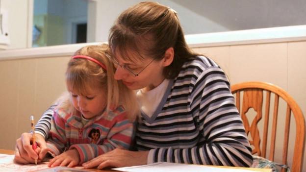 Eine Mutter mit ihrem Kind beim Lernen.