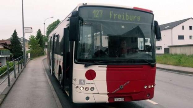 Bus der TPF an einer Bushaltestelle.