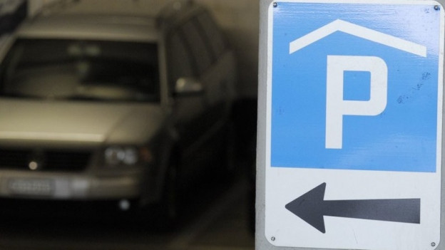 Ein Parkhausschild