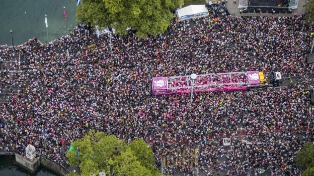 Luftaufnahme der Zürcher Streetparade.