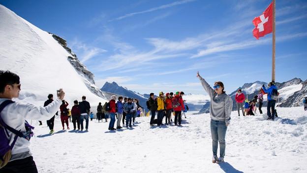 Touristen auf dem Jungfraujoch.