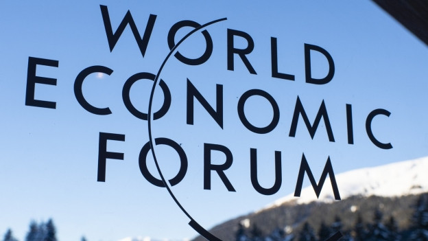 Das WEF-Logo, im Hintergrund die Davoser Bergwelt.