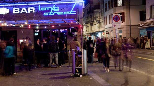 Leute vor einer Bar an der Langstrasse