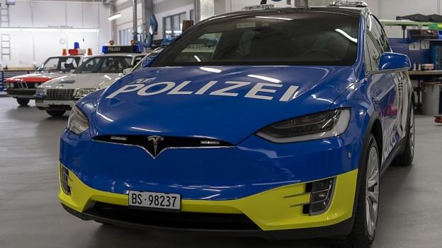 Ein Polizeiauto von vorne.