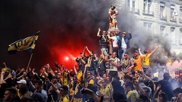 Feiernde Fussballfans in der Berner Altstadt.