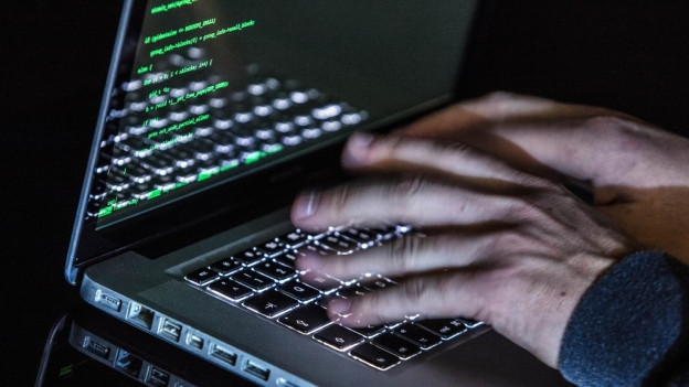 Tippende Hände auf einem Laptop