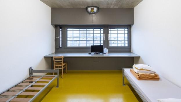 Blick in eine leere Gefängniszelle.