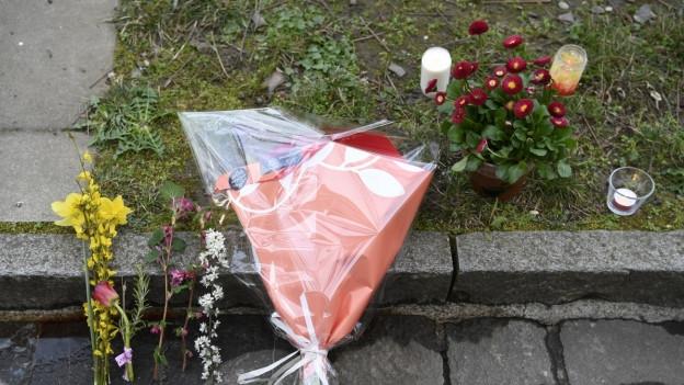 Blumen und Kerzen am Tatort in Basel.