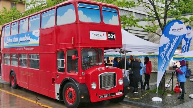 Ein London-Bus an einem Thurgauer Bahnhof.