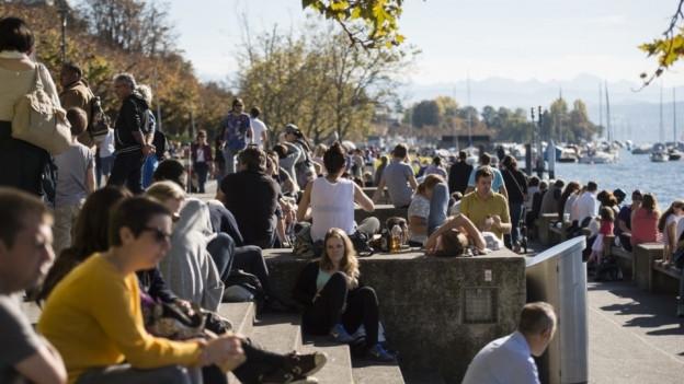 Eine Menschenmenge an der Zürcher Seepromenade.