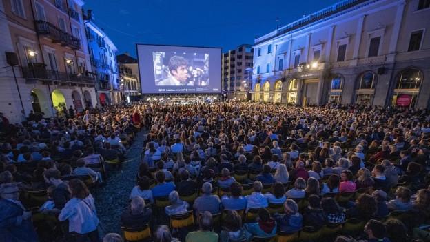 200 Junge können das Filmfestival auf der Piazza Grande zusammen erleben